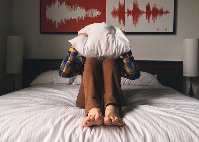 枕をかかえる人